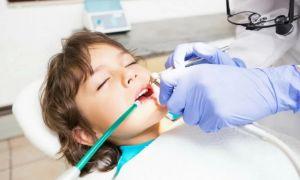 Лечение зубов ребенка во время медикаментозного сна