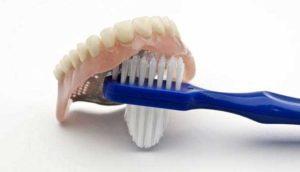 чистить зубные протезы