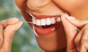 пользоваться зубной нитью